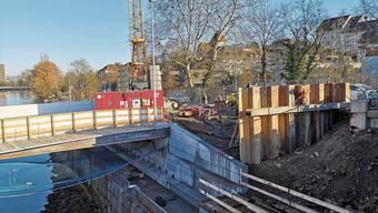 In den letzten Tagen wurden die Larsen (rechts im Bild) in den Boden gerammt. Laut dem Projektleiter gehören sie zur Baugrube für den Bau der neuen Brücke.