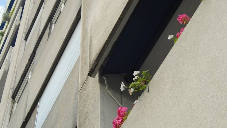 Sechs Meter tief stürzte die Frau vom Balkon. Das Gericht musste klären, ob ihr Mann eine Mitschuld daran hatte.