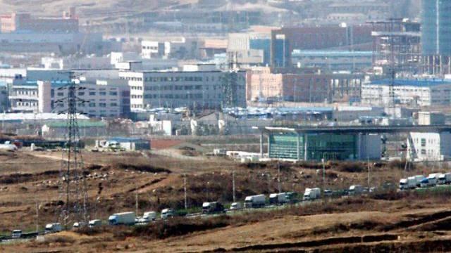 Blick auf die nord- und südkoreanische Industriezone Kaesong