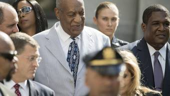 Bill Cosby schreitet, umringt von Anwälten, Bodyguards und Angehörigen, zu einer Gerichtsanhörung. (Archivbild)