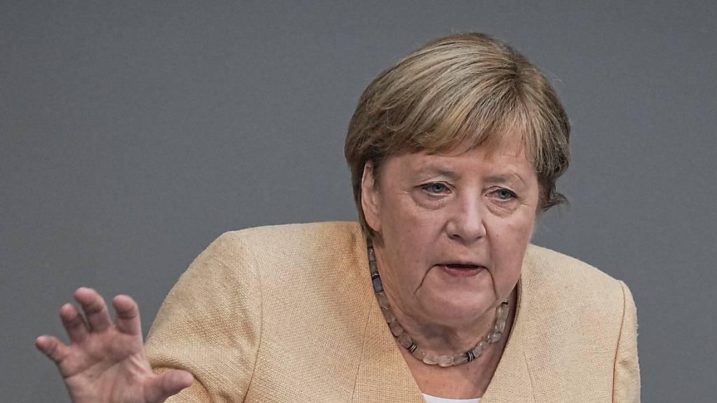 Die deutsche Bundeskanzlerin Angela Merkel (CDU) spricht im Plenum im Deutschen Bundestag. Die die bevorstehende Bundestagswahl hat Merkel am Dienstag als eine Richtungswahl für Deutschland bezeichnet.