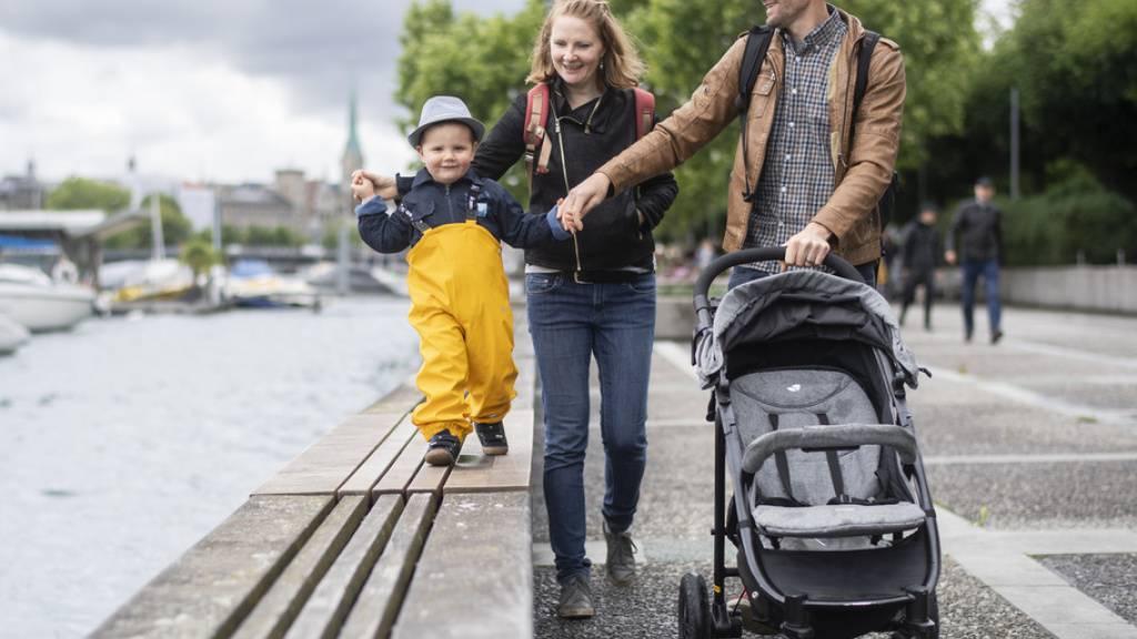 Papa, Mama, Kind(er) ist in der Schweiz immer noch die häufigste Familienkonstellation, vier von fünf Kindern wachsen in einer sogenannten «Erstfamilie» auf (Archivbild).