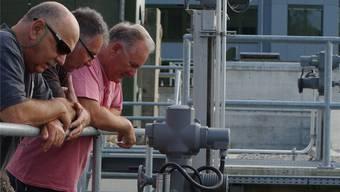 Werner Wittenwiler, Marcel Braun und Rolf Bürgi (v.l.) beim Zählbecken der Fischtreppe am Rheinkraftwerk.