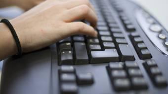 Der Türke lernte die Teenager über das Internet kennen. Er wurde wegen Missbrauch und Vergewaltigung zu einer Freiheitsstrafe von zwei Jahren verurteilt.(Symbolbild)