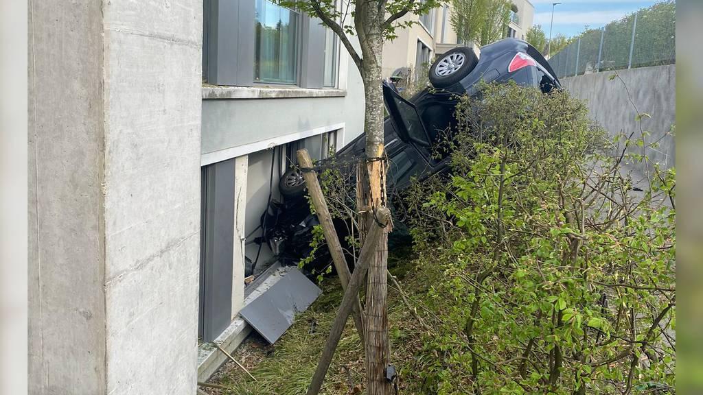 Uitikon Waldegg: Auto prallt in Hausfassade