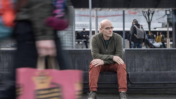 Auch ohne Notizbuch ein aufmerksamer Beobachter: Schriftsteller Christoph Schwyzer am Busbahnhof Luzern.