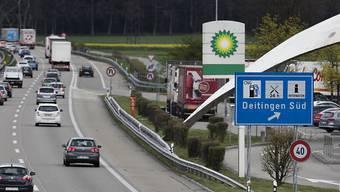 Auf Autobahnraststätten soll künftig Alkohol ausgeschenkt werden dürfen. An der Liberalisierung will der Nationalrat vorbehaltlos festhalten. (Themenbild)