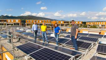 Dachbegehung mit den Initianten (von links): Thomas Schaumberg, Dieter Kerschbaumer, Carol Schaumberg Scherer und Projektleiter der Aare Energie AG Tobias Fedeli.
