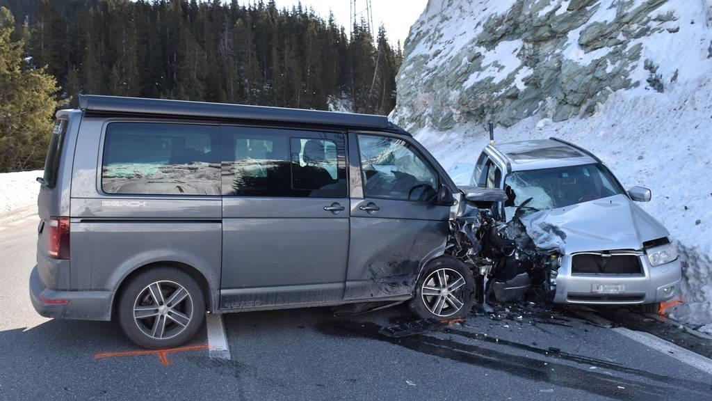 32-Jährige verliert Kontrolle und kracht in Auto