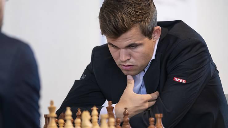 Magnus Carlsen sucht am Bieler Schachfestival nach dem besten Zug.